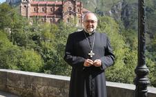El Arzobispo de Oviedo, «conmovido y sin palabras» tras el fallecimiento del niño que se cayó en Covadonga