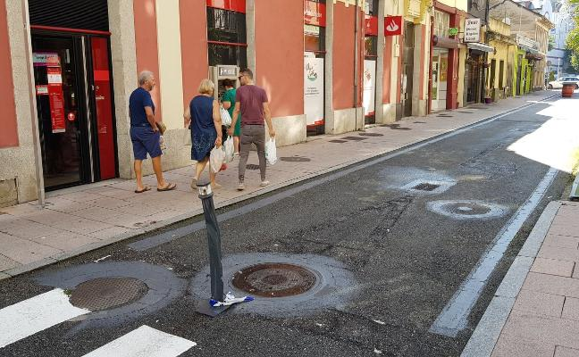 Destrozan dos veces en una semana el bolardo de la calle peatonal de Luarca