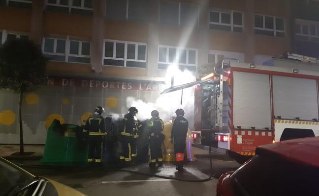 Arden dos contenedores en la calle Manso de madrugada