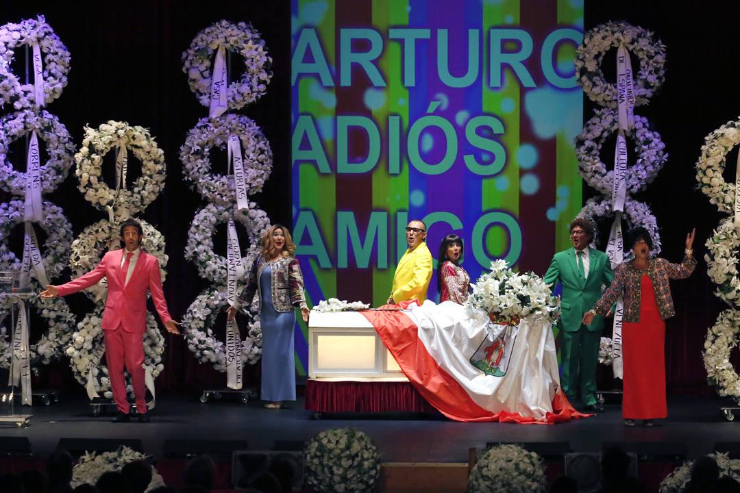 La Cubana sorprende al público gijonés con el show 'Adiós Arturo'