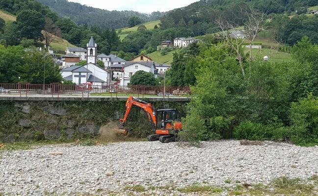 Valdés comienza a desbrozar las orillas del Esva en Trevías