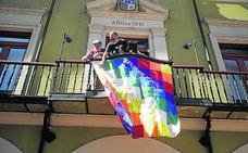 La bandera 'whipala' ondea en el balcón del Consistorio langreano