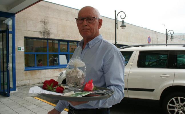 Un vecino de Lugones lleva las cenizas de su mujer al centro de salud: «La mandaron a casa y murió»