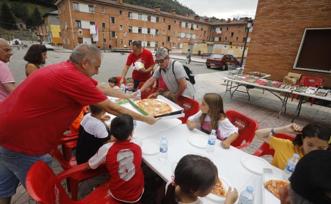 La plaza de San Roque se engalana en Blimea y Laviana inicia sus fiestas