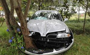 Se empotra con su vehículo contra un árbol en Vegarrozadas