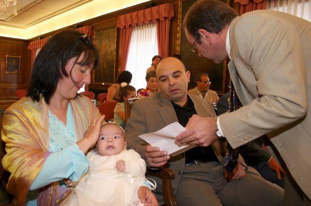 Santiago Rodríguez Vega, entonces alcalde de Avilés, oficia en 2005 un bautizo civil. / TANIA