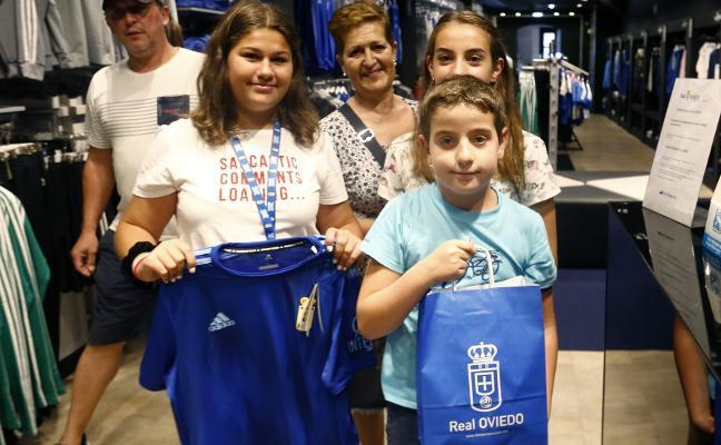 Los oviedistas madrugan para lucir la nueva camiseta azul