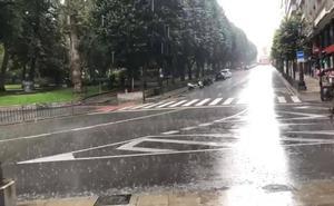 Una fuerte tromba sorprende en Oviedo