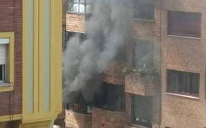Ocho intoxicados por inhalación de humo en el incendio de un edificio de la calle Silla del Rey de Oviedo