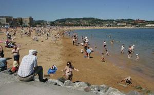 Reaniman a un hombre de 52 años en la playa de El Arbeyal
