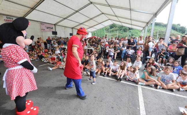 Las fiestas de San Lorenzo de Llaranes se cierran con la actuación del Payaso Tato