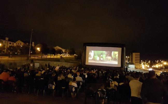 Los Campos y Trasona disfrutan esta semana de dos sesiones de cine en la calle