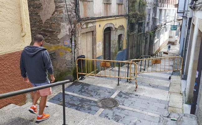 Cerrada la calle Olavarrieta de Luarca ante el riesgo de derrumbe de tres edificios