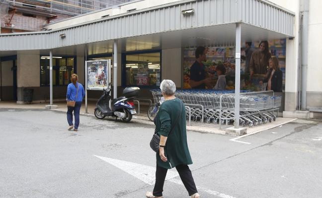 El mendigo que evitó un robo en un supermercado fue atacado por un menor