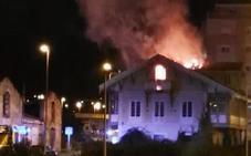 Los bomberos extinguen el incendio en la antigua 'casa del catecismo' de La Magdalena