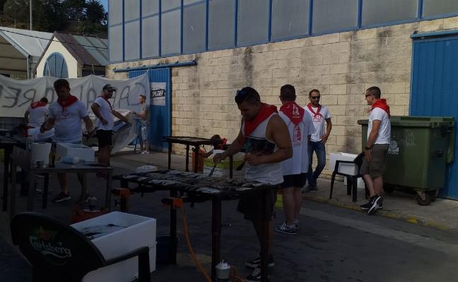 300 kilos de sardinas para comenzar las fiestas luarquesas del Rosario