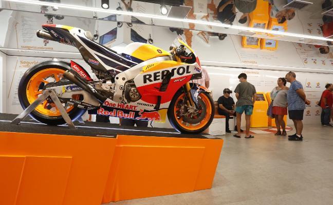 La exposición Repsol Racing Tour, instalada en la plaza del Marqués