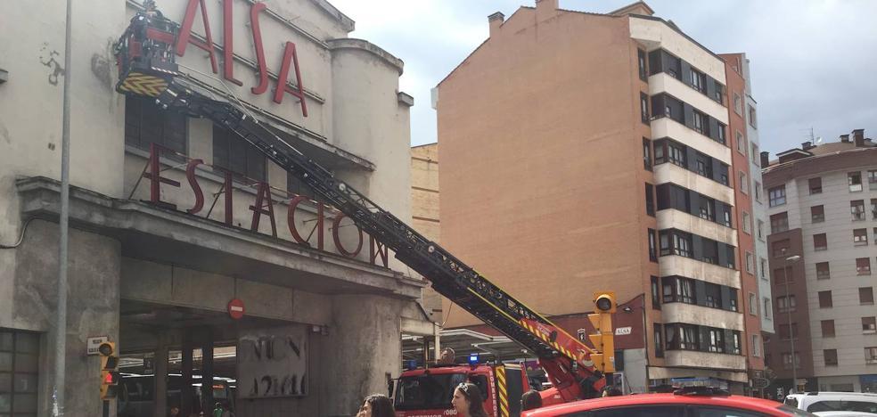 Los bomberos sanean la fachada de la estación de autobuses por la caída de cascotes