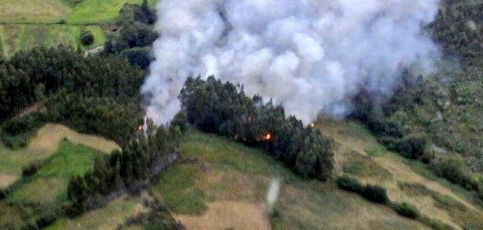 Los Bomberos tratan de sofocar un incendio forestal en Pravia