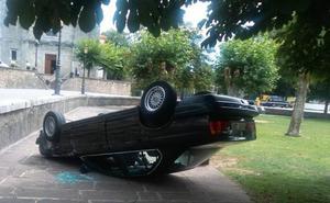 Sale por su propio pie tras volcar su vehículo en la plaza de Colombres