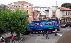 Un camión queda encajado en la plaza de Colombres
