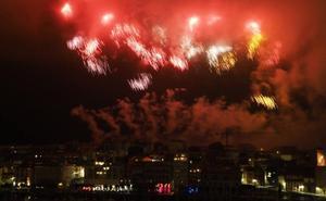 Gijón volvió a mirar al cielo en la noche de los Fuegos