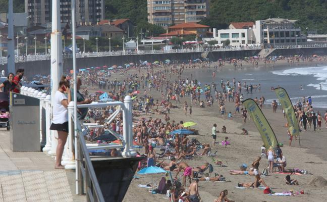 Desciende el número de bañistas, pero aumentan los rescates en Castrillón