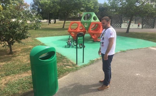 El parque de la Deva estrena papeleras de colores