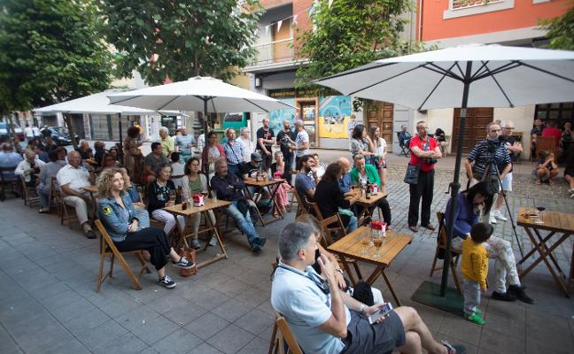 Fiesta en la calle Palacio Valdés