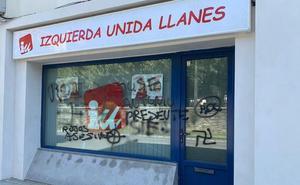 La sede de IU Llanes amanece cubierta de pintadas