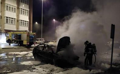 Arden dos vehículos aparcados en Vegadeo