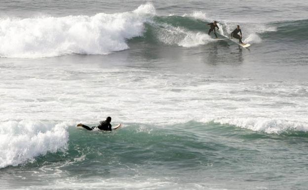 Denunciados media docena de surfistas por entrar en la zona de baños de Salinas