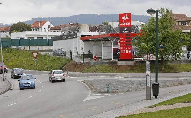 Vecinos de Viesques denuncian el llenado de los tanques de la gasolinera