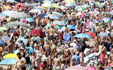 El buen tiempo llena la playa de San Lorenzo