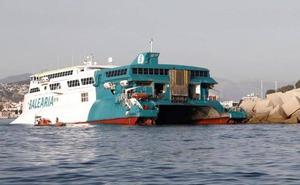 Evacúan a 400 personas al encallar un ferry en la entrada del puerto de Dénia
