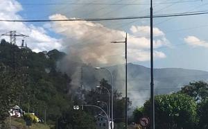 Los bomberos sofocan un incendio en las inmediaciones del hospital de Cangas del Narcea