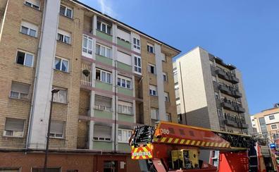 Los bomberos sofocan un incendio en un piso en Gijón