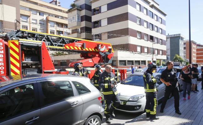 Los bomberos sofocan un incendio en un piso de la calle Balmes