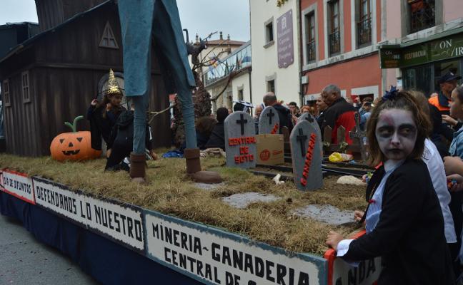 Las carrozas de Tineo reivindican su industria y ganadería