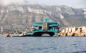 Retiran combustible y elementos contaminantes del barco de Baleària que encalló en Denia