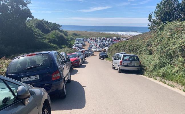 Los vecinos de Bayas «hartos» de los problemas de tráfico y aparcamiento del verano