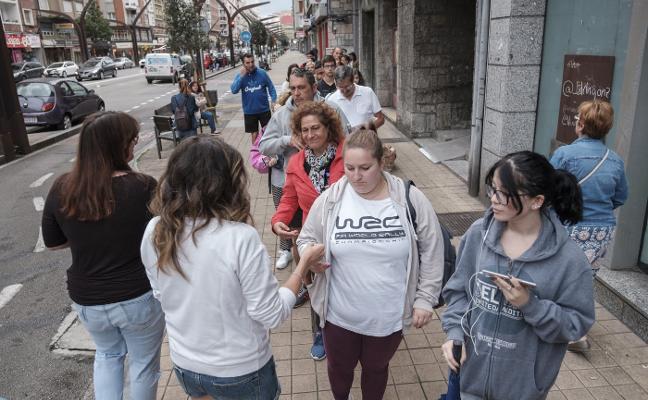 Colas de hasta doce horas para conseguir libros de texto gratis en Gijón