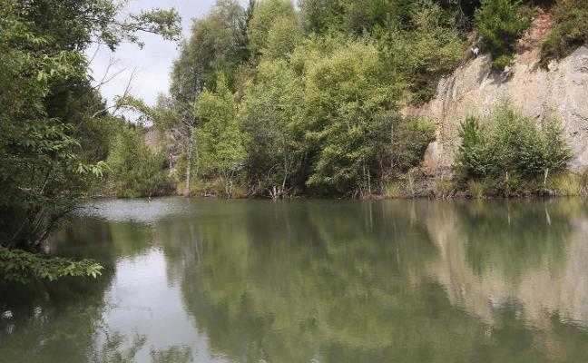 Nava instala una valla en el acceso al lago del Enguilu para frenar los vertidos