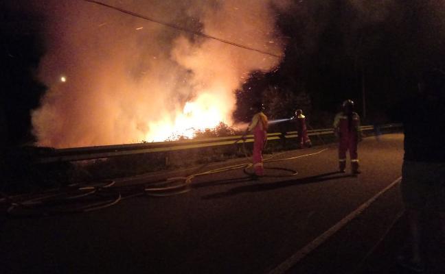 Un incendio a la entrada de Argüero alarma a los vecinos