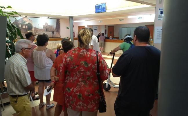 Colas de hasta dos horas para una cita médica en el Centro de Salud de Sabugo, en Avilés