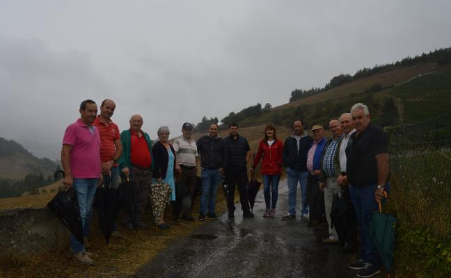 Los vecinos reclaman la ejecución de las obras de la carretera de Vegalapiedra