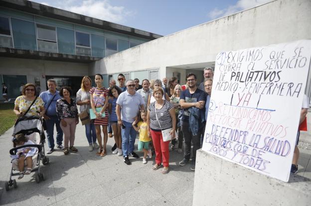 Pacientes, familiares y equipo de gobierno apoyando ayer a Soto a la hora de reclamar personal. / ROMÁM