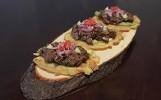 Carrilleras ibéricas con chile chipotle sobre platano macho al estilo El Patio