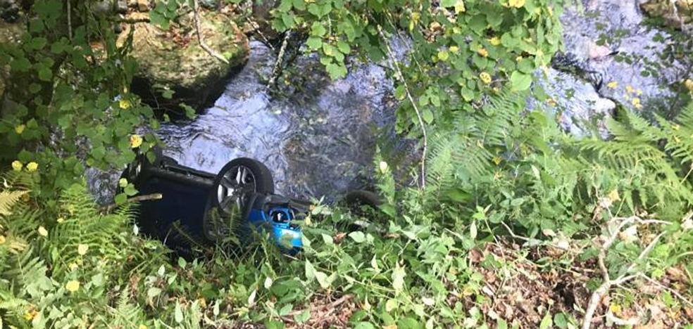 Dos heridos al caer con su coche al río Nalón en Caso