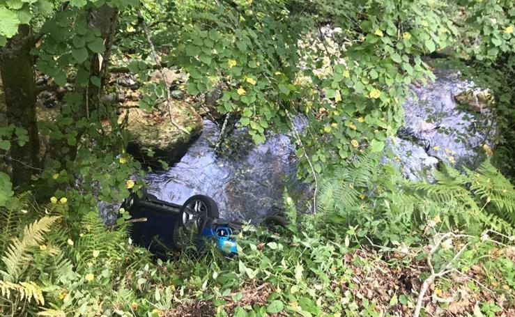 Dos heridos al caer con su coche al Nalón en Caso